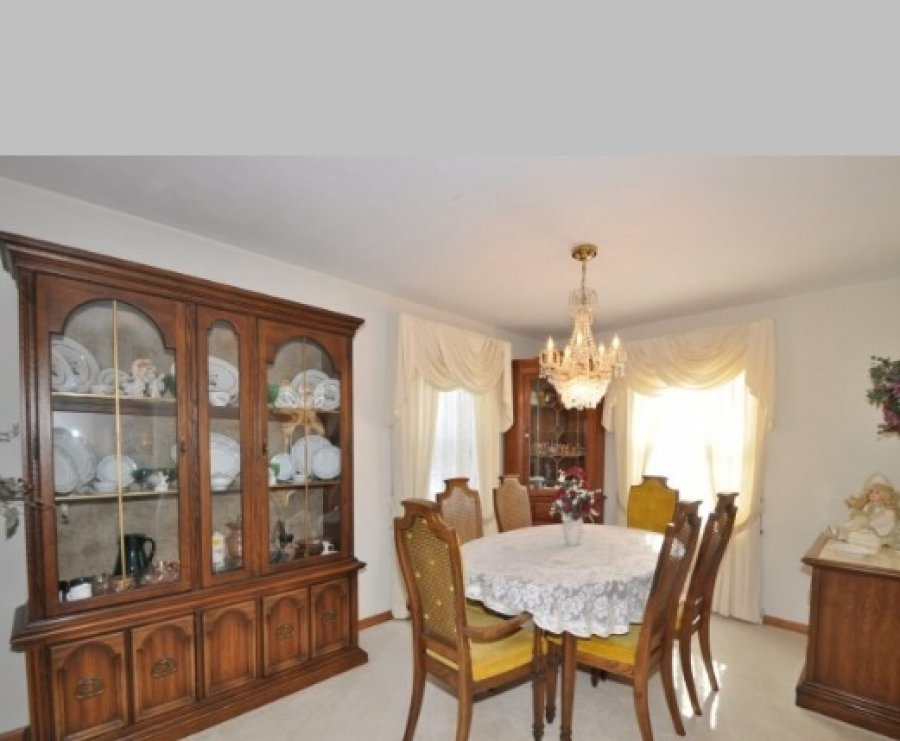 Dining room table with 6 chairs milwaukee oak creek for Dining room tables milwaukee