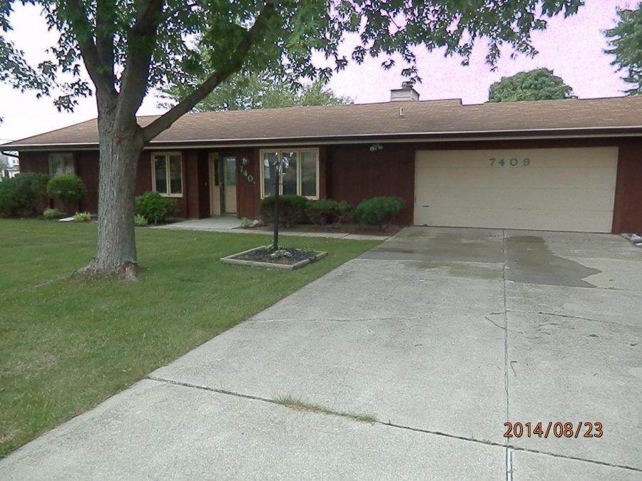 Car Rental Fort Wayne: Immaculate 3 BR, 2 Bath, Sunroom, 2 1/12 Car Garage In