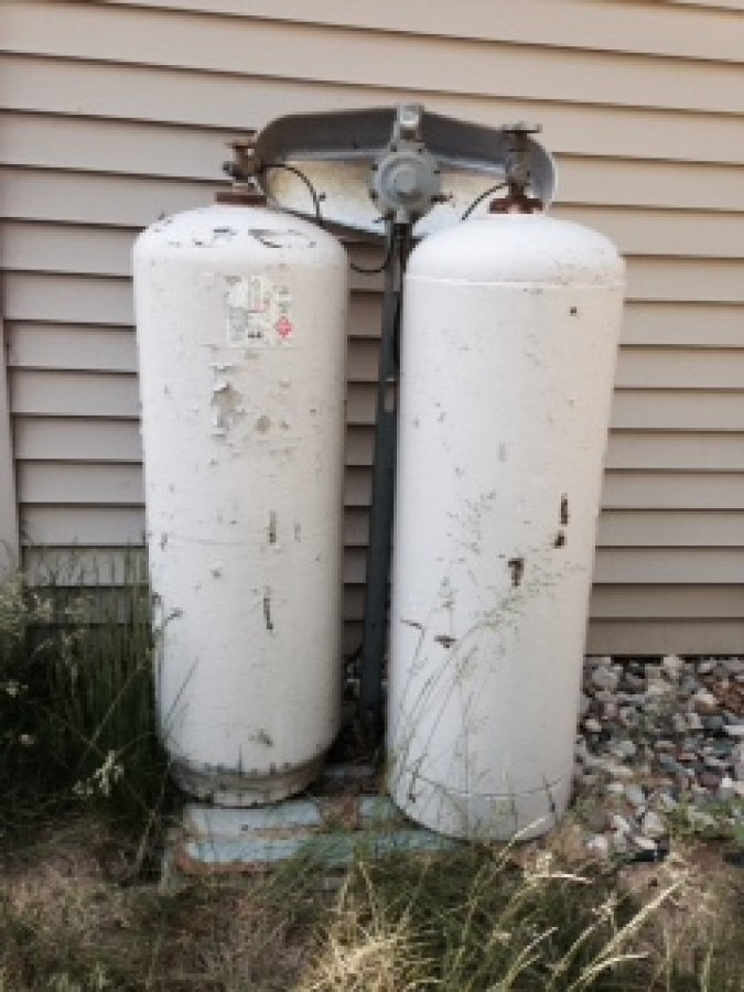 two propane tank hook up I have two 6-gallon outboard motor tanks which will provide the fuel for my shed-mounted 25aj rather than having to change tanks (perhaps in the middle of the night) when one goes empty, i'm thinking of connecting them in parallel (tee or wye).