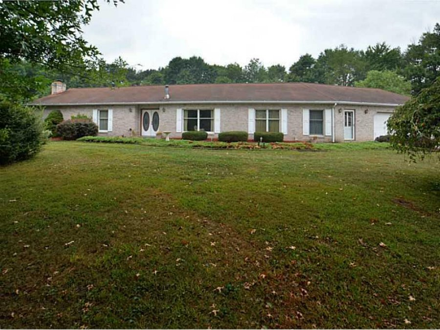 Beautiful sprawling brick ranch on 31 4 private acres for Sprawling ranch homes