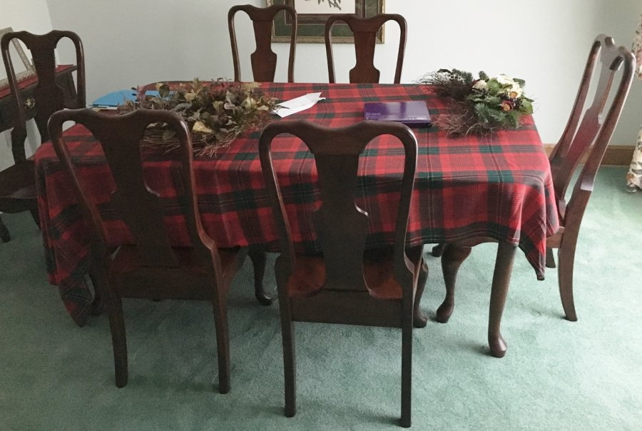 Dining room table set 6 chairs excellent condition